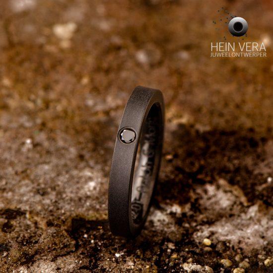 zwarte verlovingsring in zirkonium met zwart diamantje heinvera