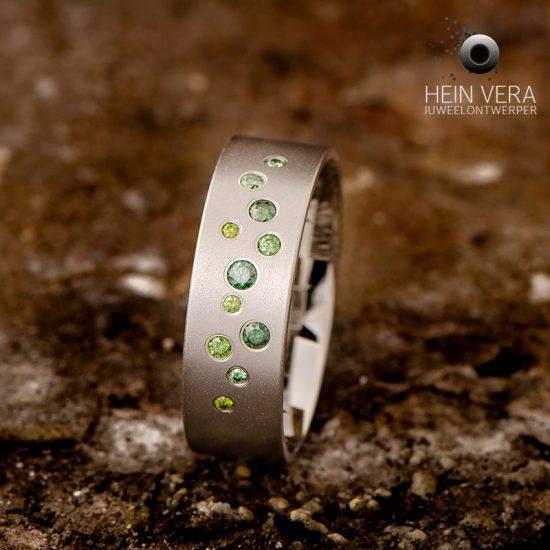 Ring in cobalt chrome met groene diamantjes_heinvera