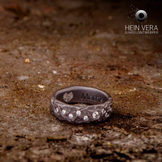 Rouwjuweel in tantaal met diamantjes en as in verwerkt_heinvera