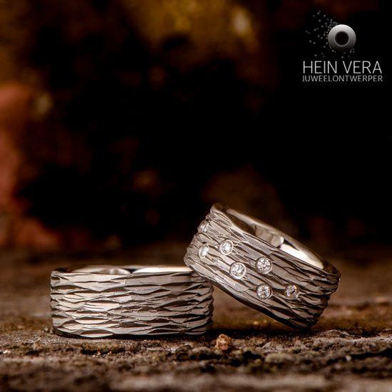 Trouwringen in brut titanium met diamantjes_heinvera