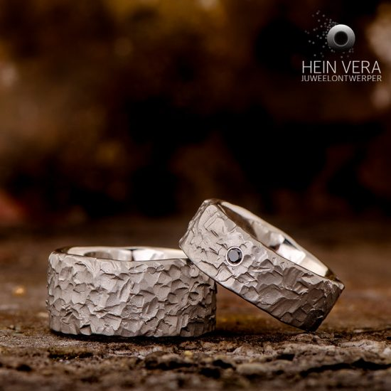 Trouwringen in brut titanium met zwart diamantje_heinvera
