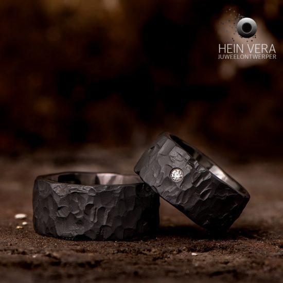 Trouwringen in zwart zirkonium met diamantje_heinvera
