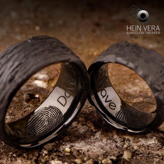 Trouwringen in brut zwart zirkonium met vingerafdrukken aan de binnenkant_heinvera