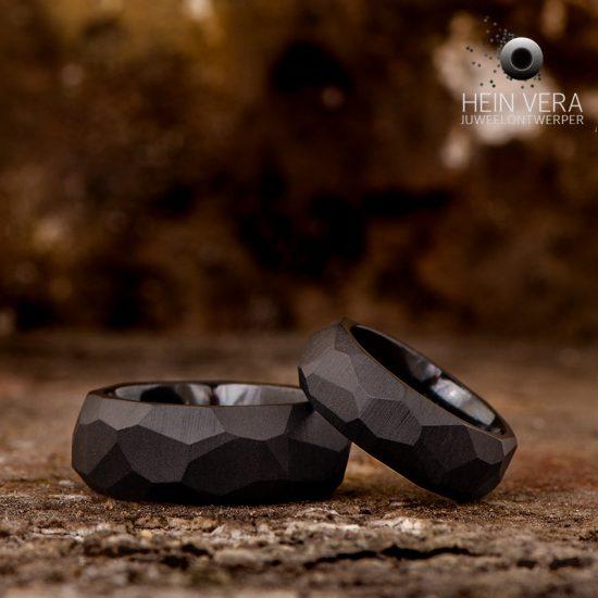 Zwarte trouwringen in zirkonium met facetten_heinvera