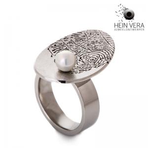 Ring-in-edelstaal-met-vingerafdruk-en-akoya-parel_heinvera