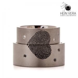 Trouwringen in titanium met vingerafdruk en diamantjes HeinVera